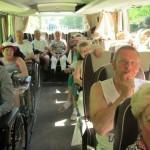Gezellig samen in de bus met de senioren